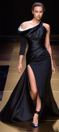 Evenings in Black Couture - A selection of 18 gowns from Haute Couture Haute Couture Dresses, Couture Fashion, Runway Fashion, Fashion Week, Look Fashion, Beautiful Gowns, Beautiful Outfits, Gala Gowns, Versace Dress
