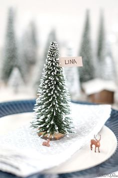 DIYnachten: Winterwald Tischdeko mit NOCH kreativ Place card with fir tree and deer - winter forest Christmas Is Coming, Christmas 2017, Christmas Time, Homemade Christmas Decorations, Xmas Decorations, Santa Claus Is Coming To Town, Diy Weihnachten, Jingle Bells, Merry And Bright
