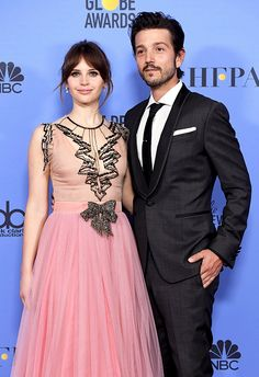 http://diegolunadaily.com/post/155611128509/diego-luna-and-felicity-jones-pose-in-the-press