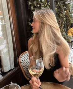 Curly Hairstyles For 50 Year Old Women Shoulder Length Beauté Blonde, Blonde Hair Looks, Blonde Hair With Highlights, Brown Blonde Hair, Brunette Hair, Girls With Blonde Hair, Highlighted Blonde Hair, Blonde Hair Outfits, Blonde Hair Bangs