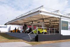 Die offene Delta Konstruktion kam bei den Besuchern sehr gut an und zeigte die Autos von ihren besten Seiten.