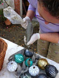 Da jeg i sidste uge legede med beton, skulle jeg have afprøvet en ny ide. Nemlig julekugler, i fine faconer. Jeg havde indkøbt nogle velegne...