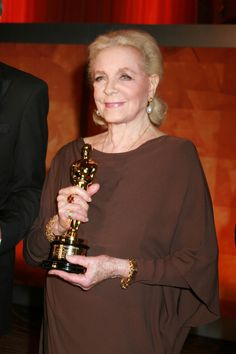 2009 LAUREN BACALL being presented with an Academy Honorary Award Oscar for her body of work and contributions to the film industry.
