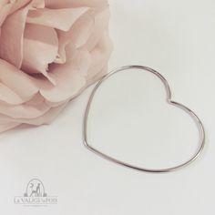 Bracciale Cuore rigido in argento 925. Una forma originale e romanticissima per essere glamour con grazia. Comodissimo da portare, non passa inosservato.
