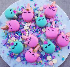 Unicorn Macarons but instead use covered oreos? Unicorn Macarons, Unicorn Cupcakes, Unicorn Birthday Parties, Unicorn Party, Kreative Desserts, Unicorn Foods, Rainbow Food, Salty Cake, Köstliche Desserts
