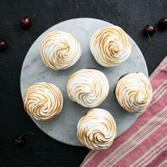 Baked Alaska Cupcakes The torched meringue is the cherry on top of this cutie! Er… wait, the cherry's in the middle. Cupcake Recipes, Baking Recipes, Dessert Recipes, Baking Snacks, Cupcake Videos, Kids Baking, Baking Party, Jello Recipes, Dishes Recipes