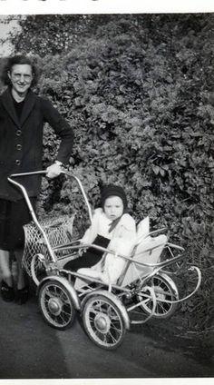 Photo ancienne vintage femme woman bébé baby landau poussette vers 1940