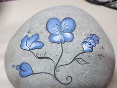 painted rock kavicsfestés blue flowers