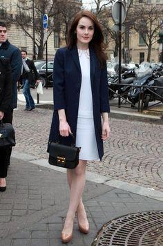 紺色コートとワンピースドレスコーディネート