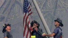 Exhiben bandera desaparecida que bomberos izaron en 'zona cero' del 11S