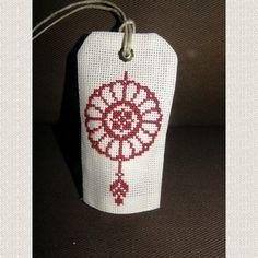 Porte senteur au motif brodé au point de croix à la main. Il s'agit d'un petit coussin où vous glissez un sachet de lavande, menthe, anis, cannelle, ou autre. S'accroche à une  - 11786123