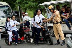 Xử phạt hành chính khi đi xe đạp điện không đội mũ bảo hiểm