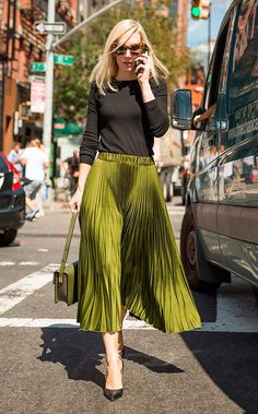 A full pleated skirt paired with a black knit top. Fashion Moda, Work Fashion, Modest Fashion, Skirt Fashion, Fashion Outfits, Fashion Trends, Boot Outfits, Style Fashion, Fashion Women