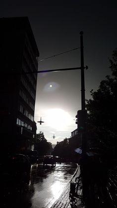 in der Stadt stehend....rechts die Sonne...