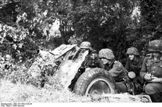 German paratroopers with a cm le.IG 18 infantry gun, France, 21 Jun 1944 - pin by Paolo Marzioli Luftwaffe, Paratrooper, Ww2 Pictures, Ww2 Photos, German Soldiers Ww2, German Army, Anti Tank Rifle, Normandy Beach, German Uniforms