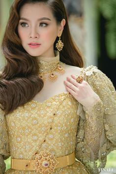 Thai Wedding Dress, Hijab Wedding Dresses, Disney Wedding Dresses, Hijab Bride, Khmer Wedding, Wedding Dress Sleeves, Thai Traditional Dress, Traditional Outfits, Traditional Wedding