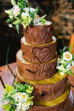 Torte im Baumholz Look  Sommerliche Gartenhochzeit von Karl Blümel Photography