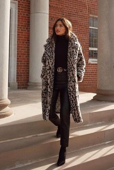 25 Winter Street Style Outfits To Keep You Stylish and Warm Street Style Outfits, Mode Outfits, Fashion Outfits, Womens Fashion, Winter Coat Outfits, Fall Outfits, New York Winter Outfit, Mantel Outfit, Fur Coat Outfit