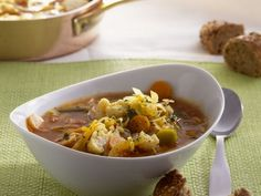 Weißkohleintopf ist ein Rezept mit frischen Zutaten aus der Kategorie Gemüsesuppe. Probieren Sie dieses und weitere Rezepte von EAT SMARTER!