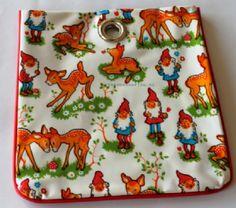 Retro pennezakje, tasje, etui, beursje van tafelzeil voor kinderen. Bambi en de kabouters zijn erbij.  Zakken in twee soorten: leuk afgebiesd in rood of in zilvergrijs. Maak je keuze tijdens het bestellen.   Wasco`s, stiften, potloden, pennen enz. passen in deze zak. Leer je kinderen opruimen en ordenen met deze handige, hippe en vrolijke zakjes. Hang ze aan een haak om alles netjes op te bergen. Geen straf als je zulke gezellige zakken daarvoor hebt.
