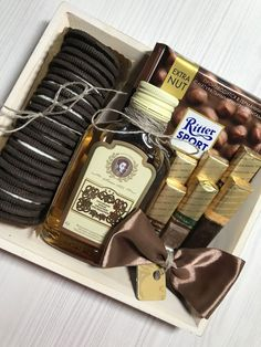 How to Make Fathers Day Gift Baskets and Hampers He'll Love whiskey and chocolate gift box. Diy Father's Day Gifts, Diy Gifts For Friends, Father's Day Diy, Cute Gifts, Gift Box For Men, Gift Baskets For Men, Fathers Day Gift Basket, Fathers Day Gifts, Christmas Gift Box
