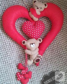 Ayıcıklı kalpli kapı süsü, puantiyeli ve kırmızı kalpler ve iki sevimli ayıcık süslemeli. Özellikle çocuk odaları için sempatik bir model. kız ve erkek bebek odası süsleme fikirleri...