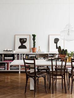 Praktisch, stilvoll, gemütlich: Niedrige Bücherregale bilden auch Sideboards und bringen Pfiff in die Wohnung.