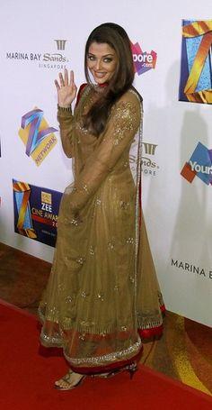 Jav I Actress Aishwarya Rai Bachchan smiles on the red carpet of the bollywood Zee Cine Awards at the Marina Bay Sands in Singapore Pakistani Dresses, Indian Dresses, Indian Outfits, Actress Aishwarya Rai, Bollywood Actress, Aishwarya Rai Photo, Zee One, Budget Fashion, Fashion Tips