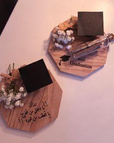 """هدايا ، جرة سعاده ، توزيعات on Instagram: """"🎓💜 _______________________________ #توزيعات_تخرج #هدايا #توزيعات #جدة #افكار_هدايا #رمزيات رياض #متاجر #تركيا #اكسسوارت #سلاسل #ورد…"""" Diy Graduation Gifts, Graduation Party Decor, Birthday Party Decorations, Eid Crafts, Diy And Crafts, Graduation Wallpaper, Graduation Pictures, Diy Gifts, Birthday Gifts"""