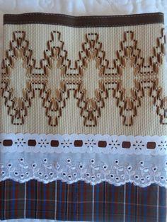Feito de tecido 100% algodão e bordado em vagonite,podendo ser feito em outras cores como desejar.