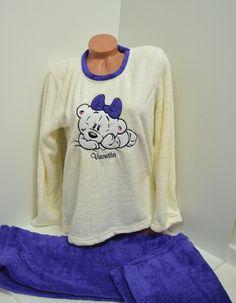 Пухкава и топла дамска пижама изработена от Софт. Горната част е в цвят - шампанско обточена с лилаво на деколтето и красива апликация - мече. Долната част е панталон в лилав цвят с ластик и връзка на талията.