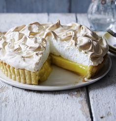 Mary Berry shows you how to make a lemon meringue pie Mary Berry shows you how to make an easy lemon meringue pie with no soggy bottoms in sight. Mary Berry Lemon Meringue Pie, Lemon Meringue Cheesecake, Mary Berry Lemon Tart, Pie Recipes, Sweet Recipes, Baking Recipes, Dessert Recipes, Recipies, Easy Recipes