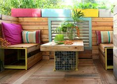 DIY a patio set up using repurposed pallets - perfect for anyone, even renters because it can be picked up and moved wherever you go next