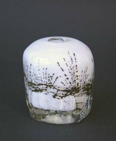 Vase   Benny Motzfeldt, Plus  Munnblåst. Klart og melkehvitt krystall med innlagte jernspon