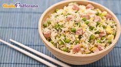 Il riso alla cantonese si prepara adoperando del riso a grana lunga (tipo basmati) lessato e saltato insieme ad ingredienti come piselli, prosciutto, cipolla, uova strapazzate e salsa di soia.