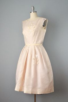 Een sprankelende jurk uit de late jaren 1950 of de vroege jaren 1960 gemaakt van pure en etherische champagne gekleurde organdy. Deze functies