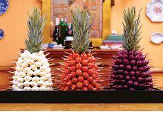 A fruta, tropicalíssima, empresta seu formato para serem espetados tomates-cereja, mussarelas de búfala e azeitonas pretas na festa.