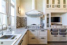 Кухня без верхних шкафов со шкафами-колоннами
