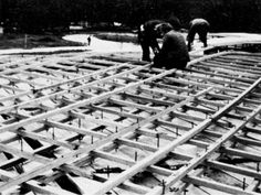 1975 Mannheim - assembling the wooden grid on the ground (3 over 4 layers)