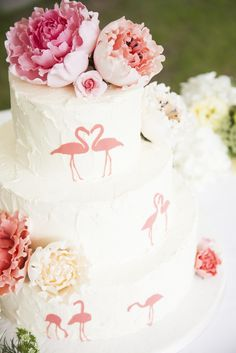 I Love this cake! Flamingo cake with peony icing flowers- idk if my future groom would want a wedding cake with flamingos on it but its really cute! Beautiful Wedding Cakes, Beautiful Cakes, Amazing Cakes, Flamingo Cake, Flamingo Party, Pink Flamingos, Icing Flowers, Couture Cakes, Festa Party