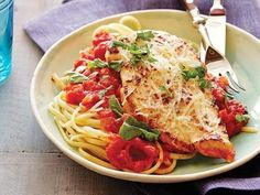 Chicken Parmigiana : A complete, all-in-one meal, Ree's buttery fried chicken breasts top her homemade tomato sauce and are finished with a generous sprinkle of Parmesan cheese. She serves the chicken alongside pasta to round out the dinner. Top Recipes, Turkey Recipes, Chicken Recipes, Dinner Recipes, Cooking Recipes, Recipe Chicken, Family Recipes, Recipies, Yummy Recipes