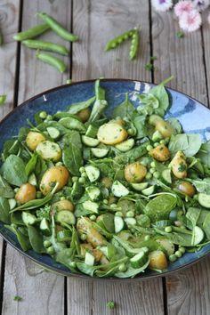 Det kan jo ikke være sommer uden en kartoffelsalat med nye danske kartofler. Dette er næsten dansk sommer i salat form, masser af friske grøntsager sammen med lidt citron og lidt godt smør. Helt perfekt til en grill aften eller bare en dejlig sommeraften. Her får du en af vores yndlings sommer s ... Vegetarian Chicken, Vegetarian Recipes, Healthy Recipes, Real Food Recipes, Cooking Recipes, Chicken Wrap Recipes, Danish Food, Frisk, Food For Thought