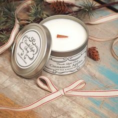 Käsin soijavahasta tehty vegaaninen kynttilä metallipurkissa. Tuoksuna jouluinen kaneliomena. Tunnelmallisesti rätisevä puusydän. Ihana joululahja äidille tai ystävälle! Candle Jars, Candles, Cinnamon Apples, Candy, Candle Sticks, Candle