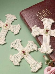 Lace Flower Crosses This is the most beautiful cross -book mark I have seen! Plastic Canvas Christmas, Plastic Canvas Crafts, Plastic Canvas Patterns, Easter Crafts, Christmas Crafts, Crochet Cross, Canvas Designs, Baby Shower, Lace Flowers