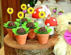 The Sunflower themed party can be a beautiful option for birthdays, weddings, baby showers and so many other events. Teddy Bear Birthday, Baby Girl Birthday, Birthday Decorations, Birthday Party Themes, Marsha And The Bear, Yellow Ornaments, Sunflower Party, Picnic Birthday, Bear Party