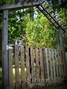 blue roof cabin: Garden Trellis from Salvaged Wood to build over the pallet gate Pallet Crafts, Diy Pallet Projects, Outdoor Projects, Garden Projects, Pallet Ideas, Diy Crafts, Garden Trellis, Garden Gates, Trellis Gate