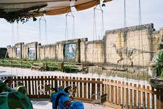 Revestimiento de muro don mampostería y relieves de mortero en Dinópolis. www.pleyadearteaplicado.com
