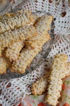 Biscuiti spritati, cu untura - CAIETUL CU RETETE Sweet Desserts, Dory, Biscuits, Deserts, Bread, Crack Crackers, Cookies, Brot, Biscuit