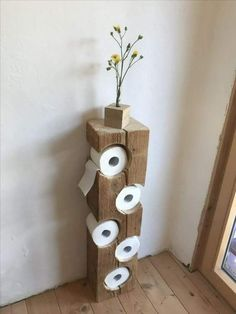 Auch im Bad kann man schöne DIY Ideen umsetzen. Wie findest du diesen coolen Kl… You can also implement beautiful DIY ideas in the bathroom. What do you think of this cool toilet paper holder? A real eye-catcher! Wood Crafts, Diy And Crafts, Home Projects, Projects To Try, Woodworking Projects, Woodworking Logo, Woodworking Plans, Woodworking Videos, Woodworking Beginner