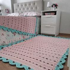 ❤Siga nosso perfil para receber dicas e fotos diariamente❤ . Crochet Doily Rug, Crochet Rug Patterns, Crochet Carpet, Crochet Decoration, Crochet Home Decor, Knit Rug, Knitting Designs, Rugs On Carpet, Crochet Projects